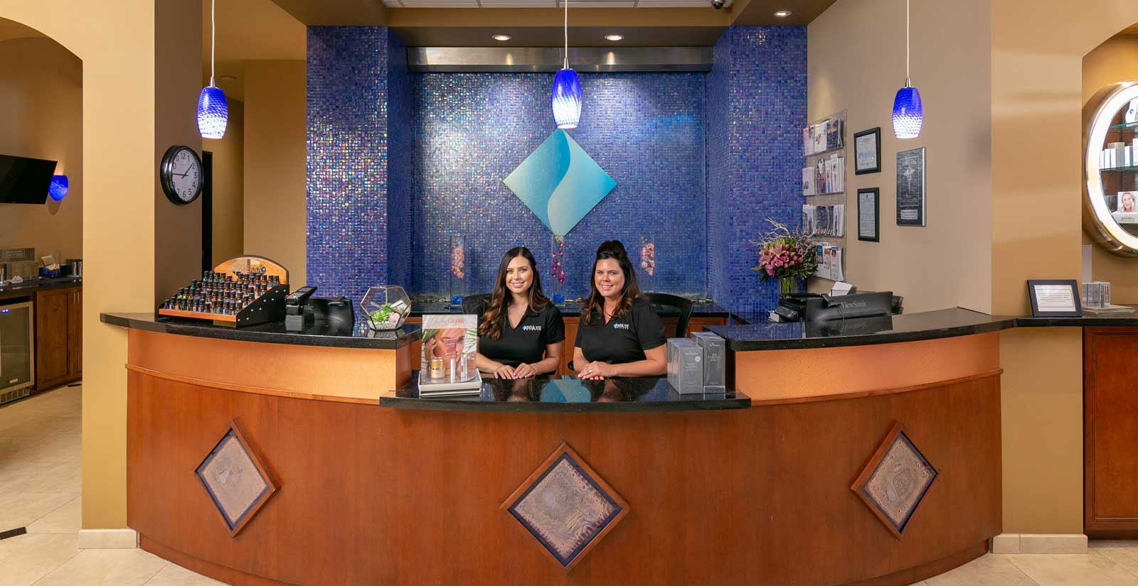 deja-vu-medspa-front-desk-with-girls